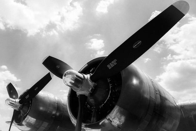 Graustufenaufnahme mit niedrigem winkel von zwei propellern eines flugzeugs, die für den start bereit sind