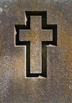 Graviertes kreuz auf einer steinplatte