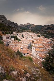 Grazalema eine der berühmten weißen städte von cadiz-region bei andalusien, spanien.