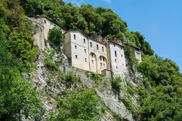 Greccio, italien. einsiedelei schrein von st. francis von assisi errichtet