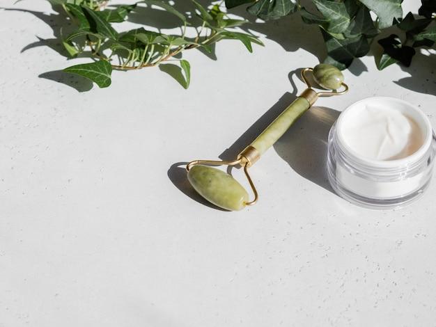 Green gua sha massage jade roller und gesichtscreme