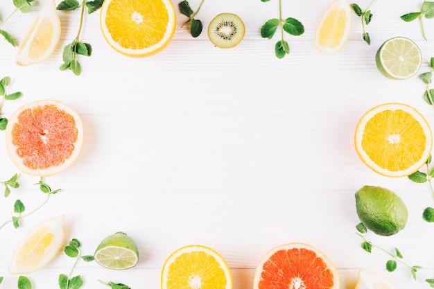 Grenze aus früchten und minze