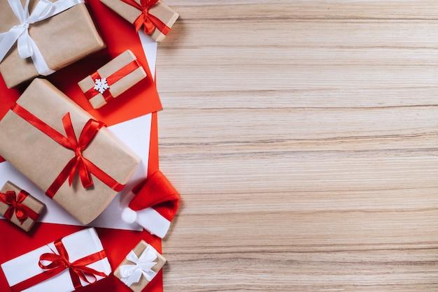 Grenze der geschenkboxen auf hölzernem hintergrund