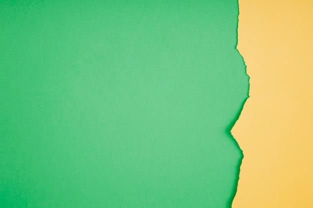 Grenze des zerrissenen papiers auf grün