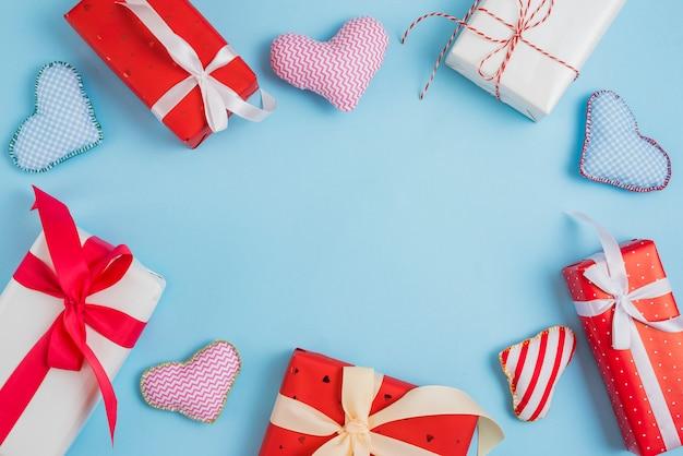 Grenze von geschenken und handgemachten herzen