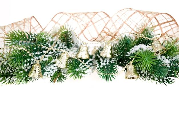 Grenze von weihnachtsbaumast und dekorationen auf weißem hintergrund