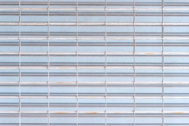 Grey rustic store-einzelhandelsmetalltorwand geschlossen.