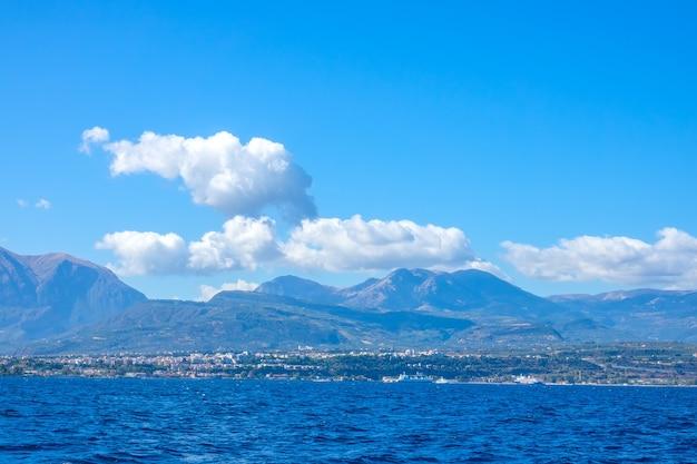 Griechenland. das ufer des golfs von korinth an einem sonnigen sommertag. blick vom wasser