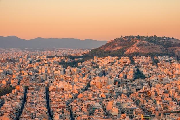 Griechenland. ruhiger sommerabend. blick auf die dächer von athen bei sonnenuntergang