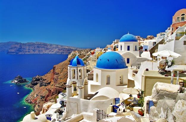Griechenland. santorini insel. ikonenhafte ansicht mit blauen kirchen im dorf oia