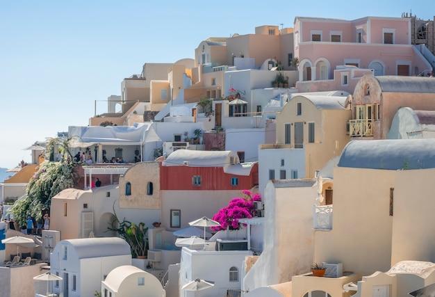 Griechenland. sonniger sommertag in der caldera von santorin. balkone und bunte häuser in oia