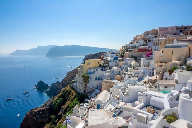 Griechenland. sonniger sommertag in der caldera von santorin. balkone und weiße häuser in oia mit meerblick