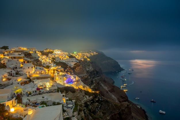 Griechenland. thira-insel. bewölkte nacht und lichter der stadt oia