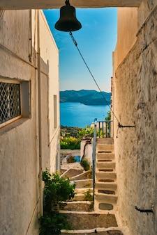 Griechische dörfliche typische ansicht mit weiß getünchten häusern und treppen plaka stadt milos insel griechenland