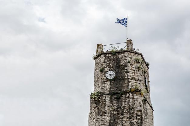Griechische flagge auf dem schlossturm.