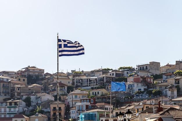Griechische flagge, die bei sonnenuntergang weht. eu-flagge im hintergrund.