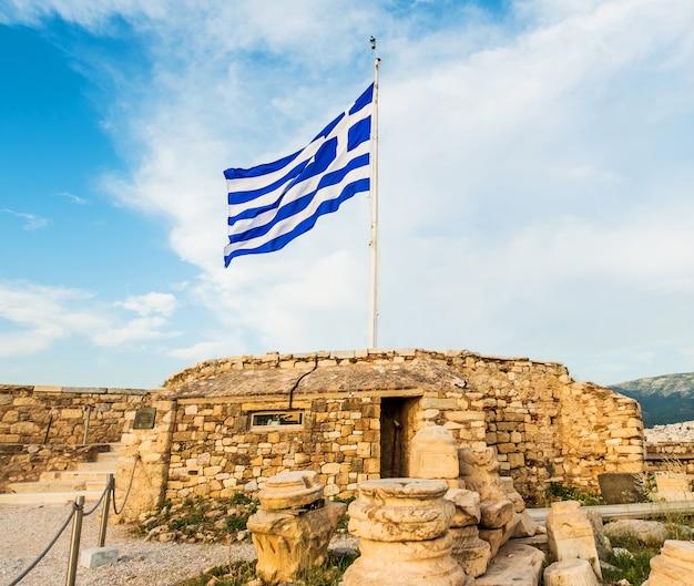 Griechische flagge, die gegen blauen himmel weht