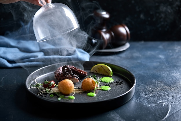 Griechische insel-taverne-restaurant-spezialität aus mariniertem gegrilltem tintenfisch, fotografiert auf antiparos-kykladen