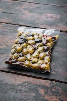 Griechische oliven frisch, auf altem holztisch