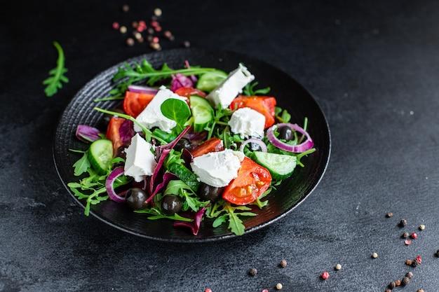 Griechische salatmischung gemüsetomate, gurke, oliven salatgrün