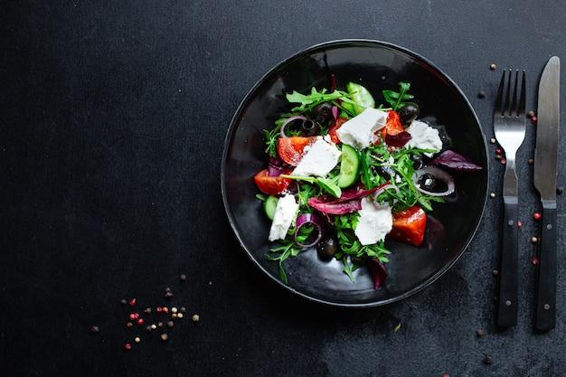 Griechische salattomate, gurke, oliven salatmischung grün vitamine gemüseportion