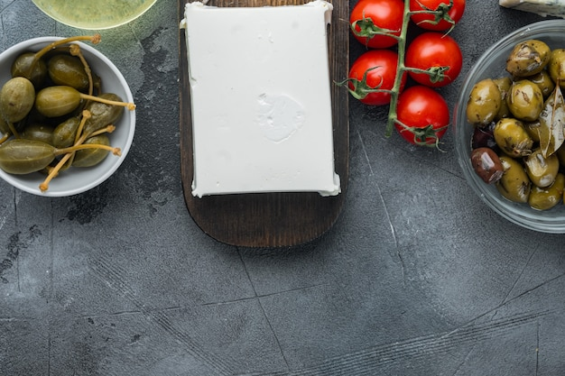 Griechische salatzutaten gesetzt, auf grauem tisch, flach gelegt