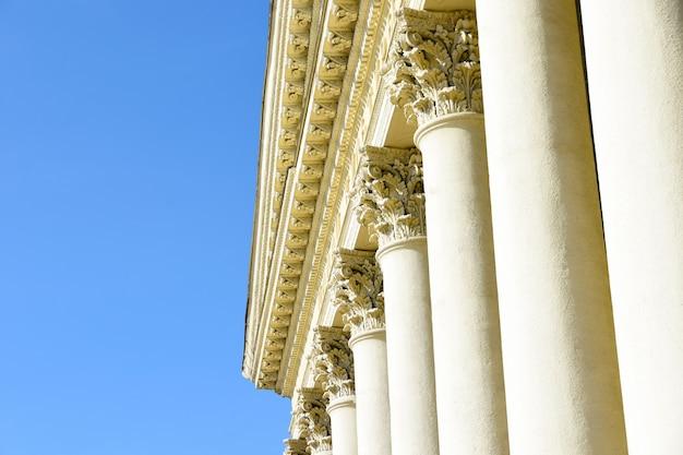 Griechische und römische antike architektur. historisches gebäude mit antiken säulen