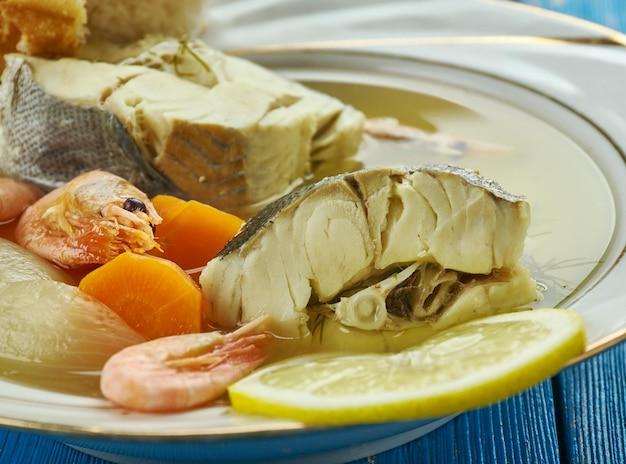 Griechischer fischereintopf, traditionelle suppe, die von vielen in griechenland zubereitet wird