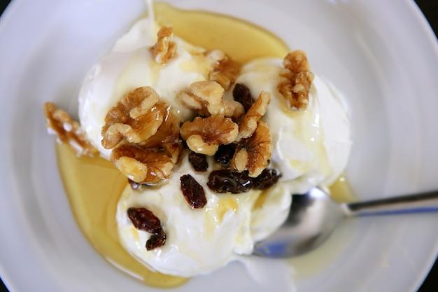 Griechischer jogurtnachtisch mit honig und walnüssen
