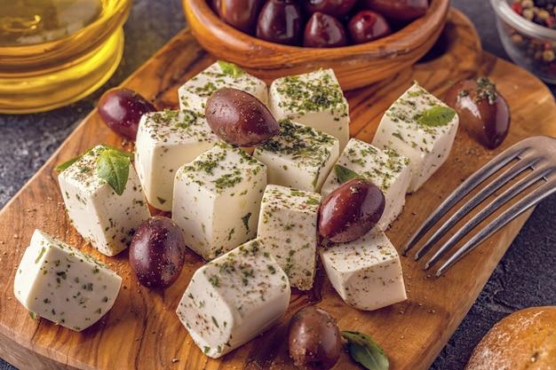 Griechischer käsefeta mit oregano und oliven.