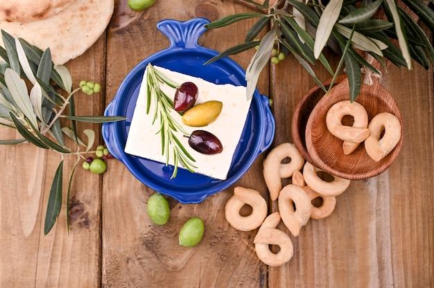 Griechischer käsefeta mit thymian und oliven
