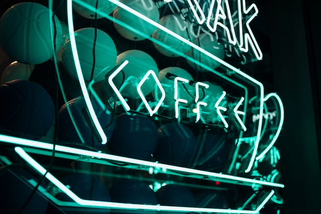 Griechischer kaffee-guss unterzeichnen herein neonlichter