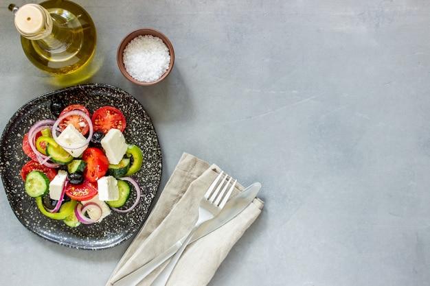 Griechischer salat auf beton