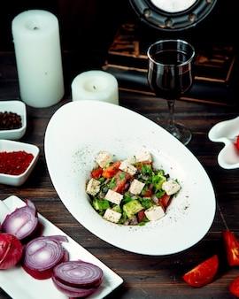 Griechischer salat auf dem tisch