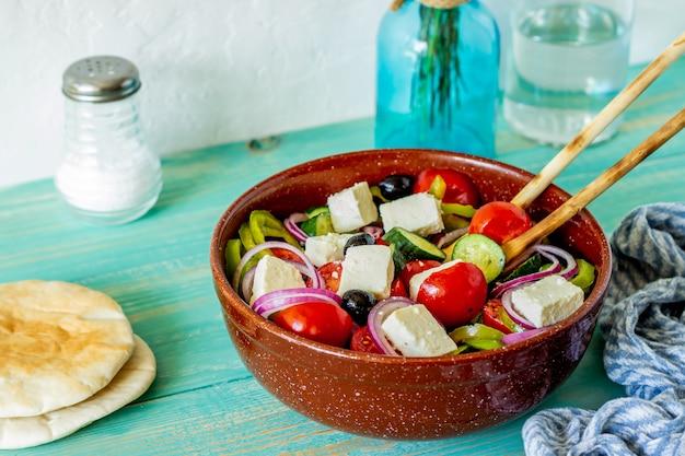 Griechischer salat auf einem holz