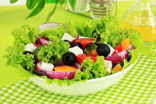 Griechischer salat auf teller auf tischnahaufnahme