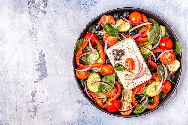 Griechischer salat aus frischem gemüse, feta und oliven