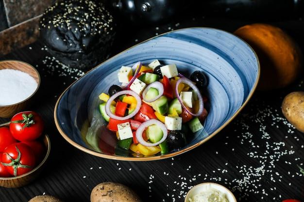 Griechischer salat gurkentomate paprika zwiebelkäse