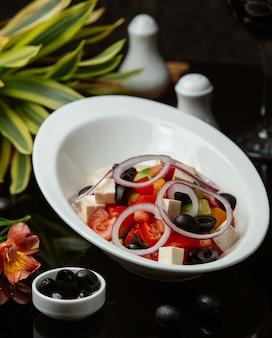 Griechischer salat in einer weißen schüssel