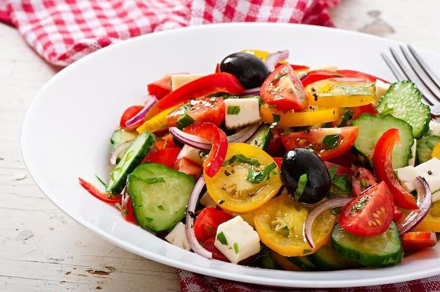 Griechischer salat mit feta, kirschtomaten und schwarzen oliven