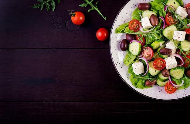 Griechischer salat mit frischem gemüse, feta-käse und kalamata-oliven