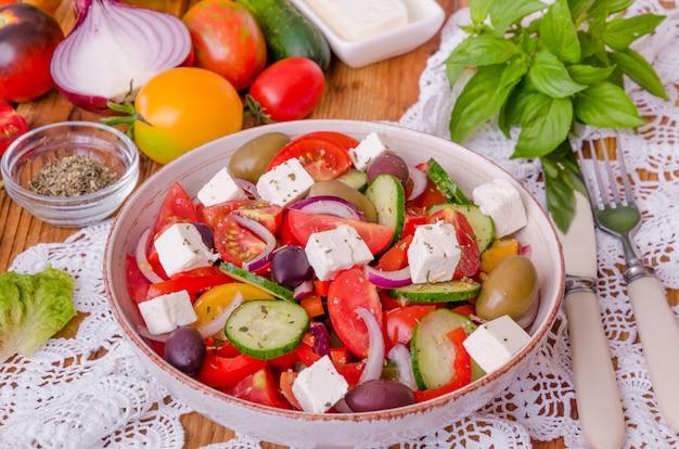 Griechischer salat mit frischem gemüse, feta und oliven