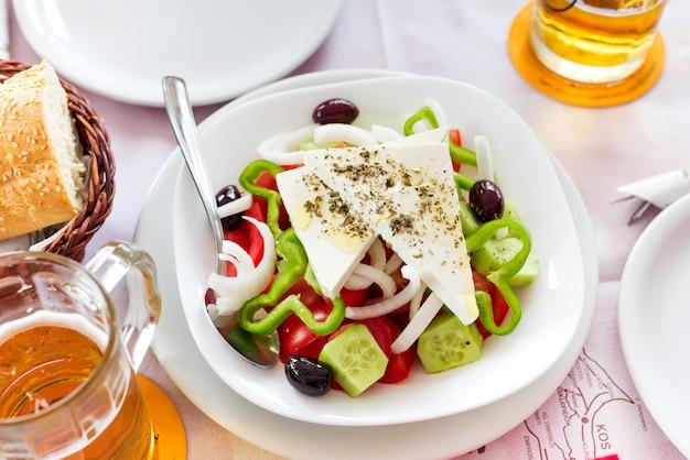 Griechischer salat mit frischem gemüse, feta und schwarzen oliven