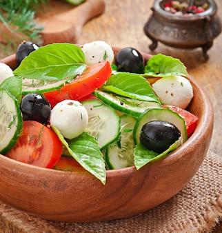 Griechischer salat mit frischem gemüse, nahaufnahme