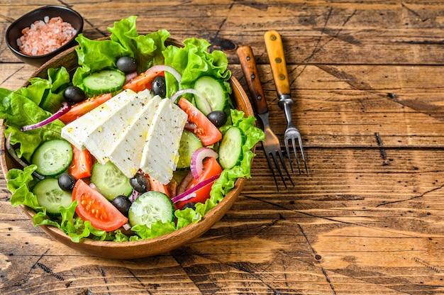 Griechischer salat mit frischem gemüse und feta-käse.