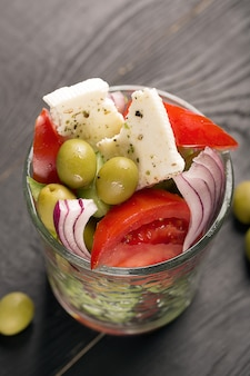 Griechischer salat mit frischem gemüse