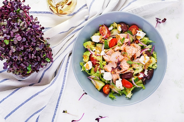 Griechischer salat mit gegrilltem lachs