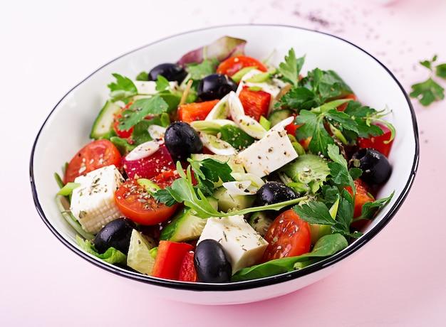 Griechischer salat mit gurke, tomate, paprika, salat, frühlingszwiebel, feta