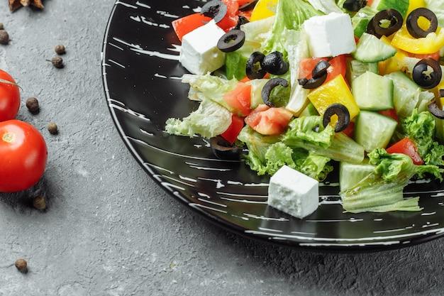 Griechischer salat mit gurken, kalamata-oliven
