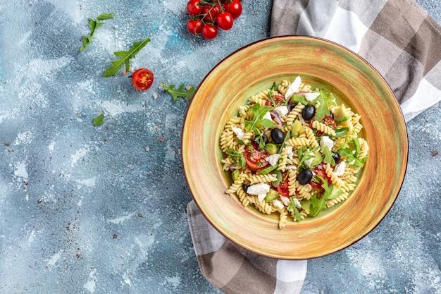 Griechischer salat mit nudeln. mediterrane küche. banner, menü, rezept. gesundes essen. ansicht von oben